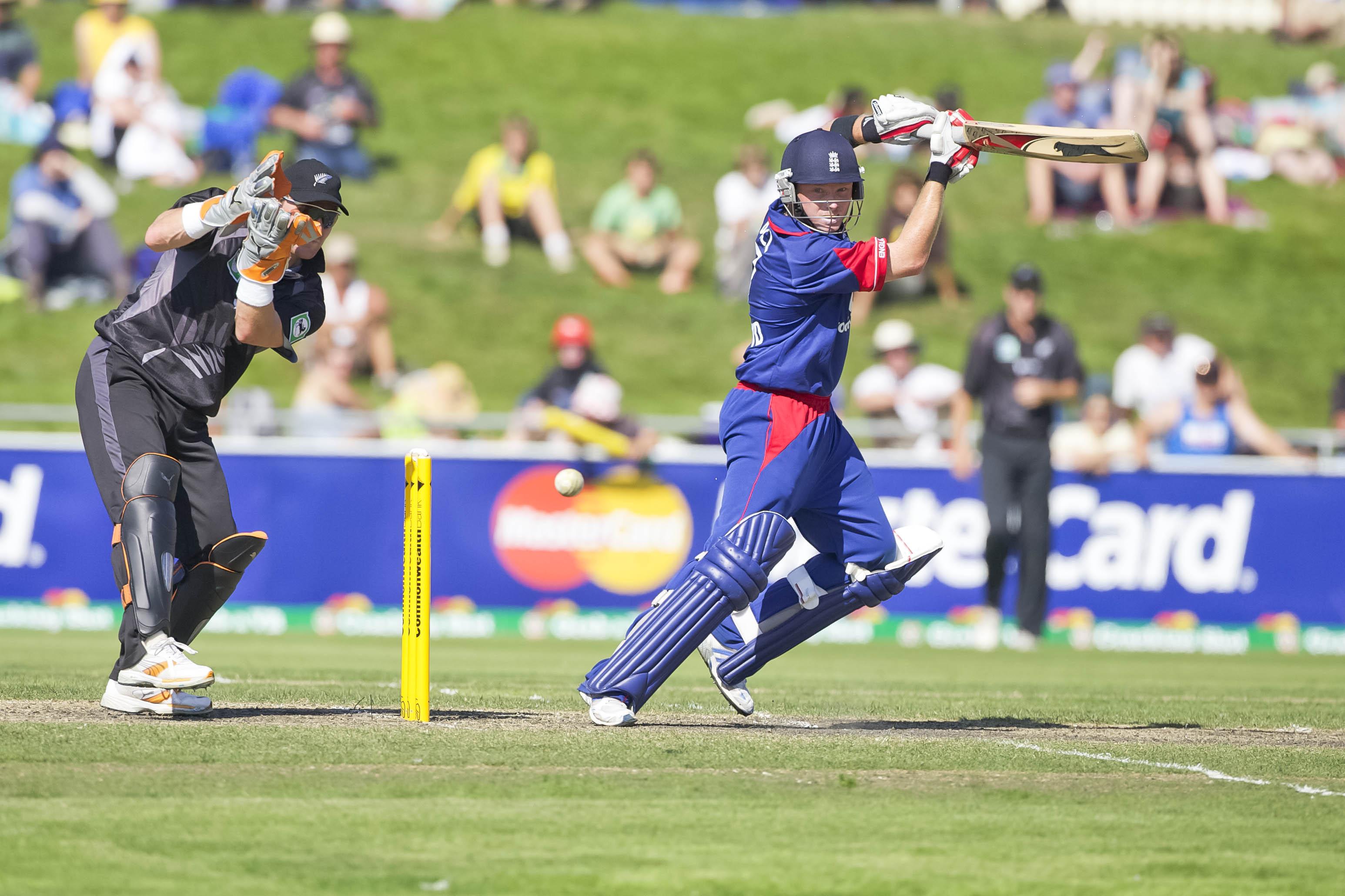 16.1.7_cricket_England tour of Australia 2006/7_England v New Zealand. ODI, bellerive oval, hobart_ian bell cuts vettori.